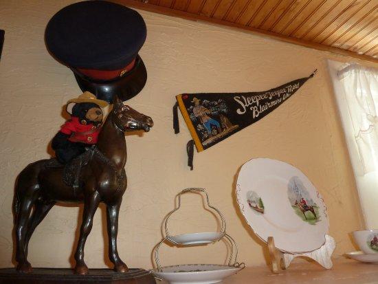 Blue Mountain Lodge: RCMP theme knick knacks in Room 2