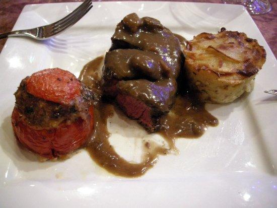 Hotellerie Notre Dame de Lumieres: Pavé de boeuf sauce champignon tomate farcie (Délicieux)