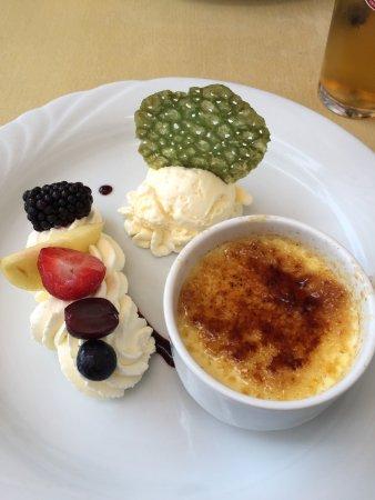Dessert Creme Brulee Mit Hausgemachten Vanille Eis Bild Von Jonas