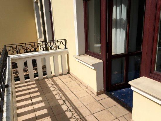 Art & Spa : Chambre double avec deux lits simples. Très grande salle de bain et balcon.