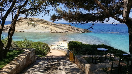 Platis Gialos, Griekenland: Slope down to hotel beach