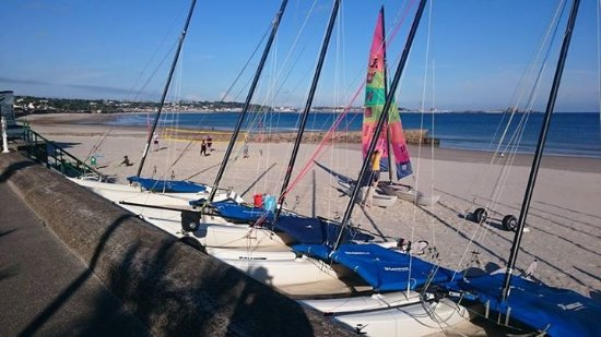 Seawold Guest House: Boats and windsurfer on St Aubins beach