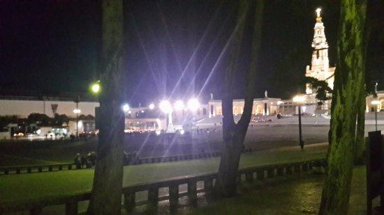 Lux Fatima Hotel: Iglesia de Fatima en la noche de velas.