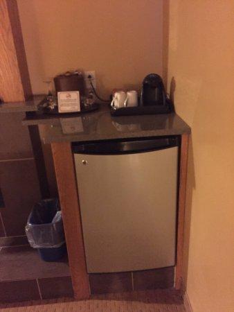 Murray Premises Hotel: mini fridge w/ waters plus coffee/tea makerplus wine glasses and ice bucket