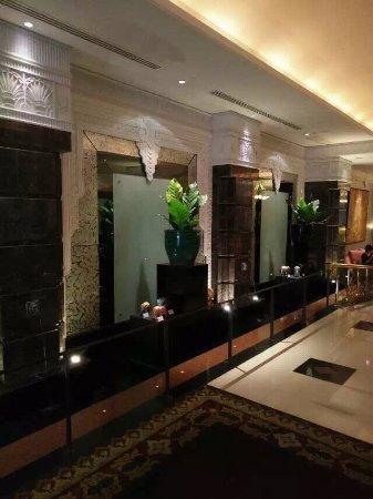 Mayfair, Bangkok - Marriott Executive Apartments: 1、本人6/18離開酒店請門房叫車載本人至半島酒店住宿,在車上出租車司機硬喊價要400泰銖,本人不肯堅持跳錶,該司機說門房收他100元泰銖,所以只能喊價;本人亦堅持跳錶,最後本人夫婦兩只有中途