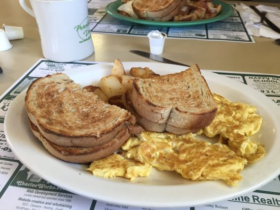 Peterborough, Nueva Hampshire: Eggs cooked to order, homefries and rye toast