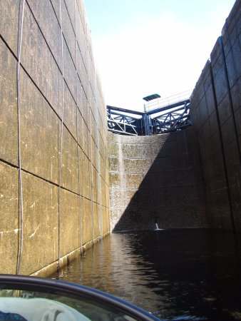 Northeastern Ontario, Canadá: inside the lock, by boat