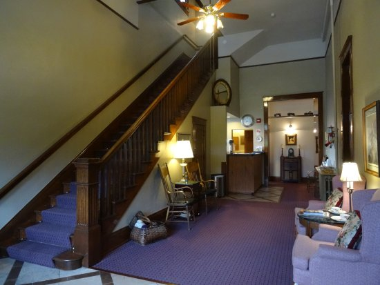 Town Hall Inn: Another view of the reception area. Gorgeous staircase!