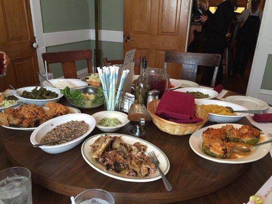 Walnut Hills Restaurant: Round Table Service