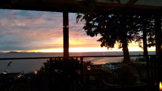 Lummi Island, WA: The sunset from our table