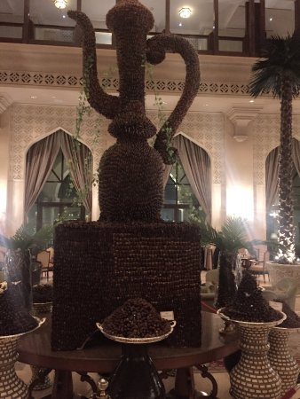 Shangri-La Hotel, Qaryat Al Beri, Abu Dhabi: A huge Dallah ( an arabic coffee pot) covered with dates and surrounded by dates jus INCREDIBLE!