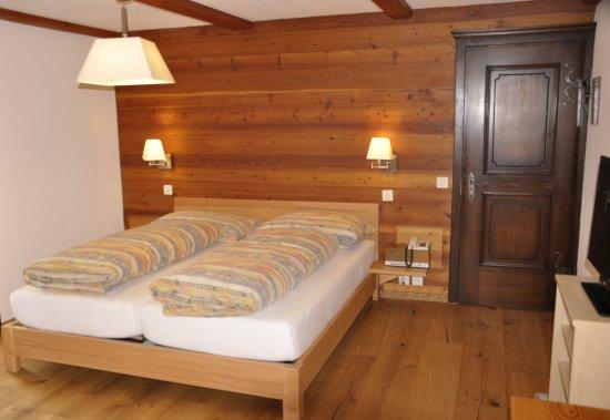 Zeneggen, สวิตเซอร์แลนด์: Zimmer Grosses Doppelbett