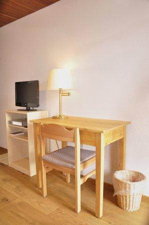 Zeneggen, Schweiz: Einzelzimmer Schreibtisch