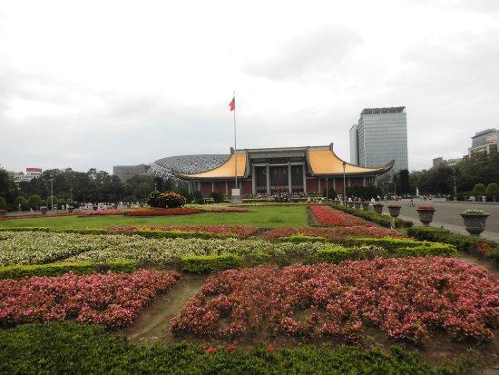 中山公園入口からの国父記念館 -...