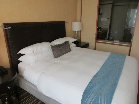 gemütliches Bett mit vielen Kissen - Bild von Pan Pacific Seattle ...