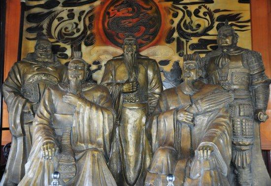 Jingzhou, Chine : Large statues inside tower