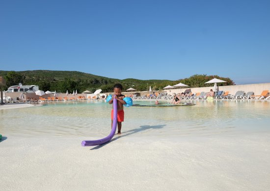 Piscina con entrada tipo playa ideal para los peques - Piscina tipo playa ...
