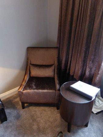 Allensford, UK: Heavy brown decor