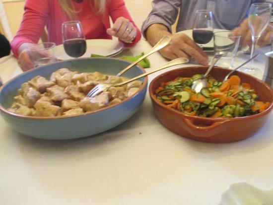 Villers-Agron-Aiguizy, França: Heerlijk maal: soep, couscous met courgette/wortel-schotel en kip, kaasschotel en dessert