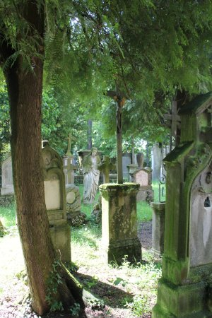 Straubing, Germany: Christusstatue im Friedhof