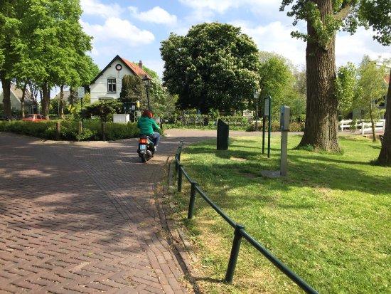 Landsmeer, Países Bajos: Riding into a little village