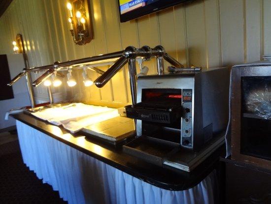 Hotel le Manoir : section déjeuner chaud avec rien sauf oeufs, saucisses, pain