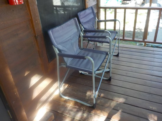 Lake View Lodge: Cabin front porch chairs