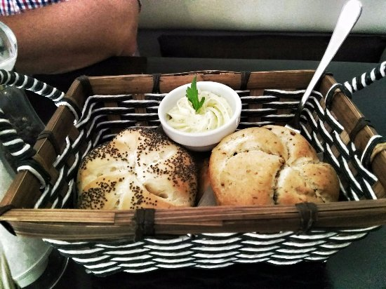 El Gusto: Bread rolls with garlic butter