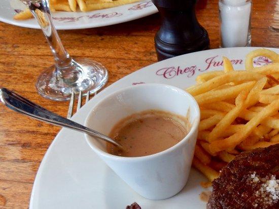 Chez Julien : Châteaubriant avec sauce au poivre et pommes allumettes
