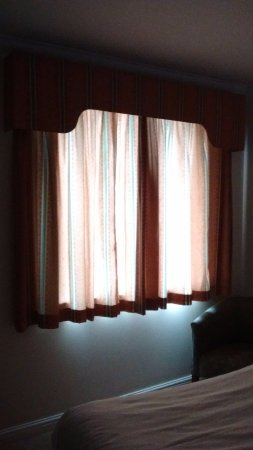 Bickenhill, UK: curtains ineffective , no black out blinds or nets
