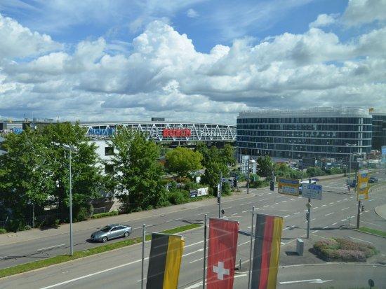 Moevenpick Hotel Stuttgart Airport & Messe: Ausblick auf die Messe Stuttgart