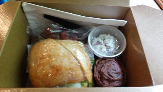 Elgin, OR: Lunch:roast beef on ciabatta roll,potato salad,red grapes,chocolate cupcake,mint and drink of ch