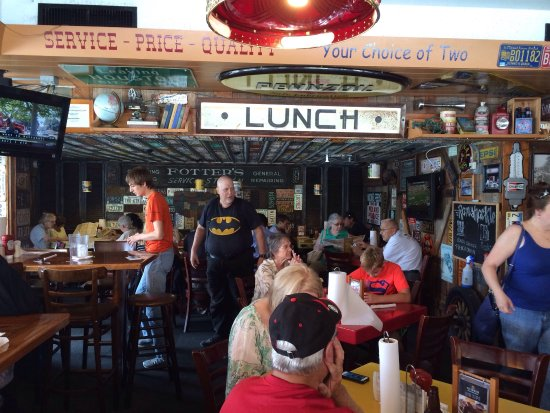 Leesburg, FL: Eclectic decor and a full house.