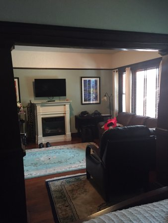 Mudville Flats: It was so great to have an entire sitting room.