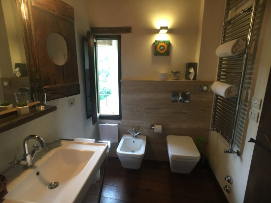 Borgo di Carpiano: Stunning bathroom - the quality in every detail is outstanding