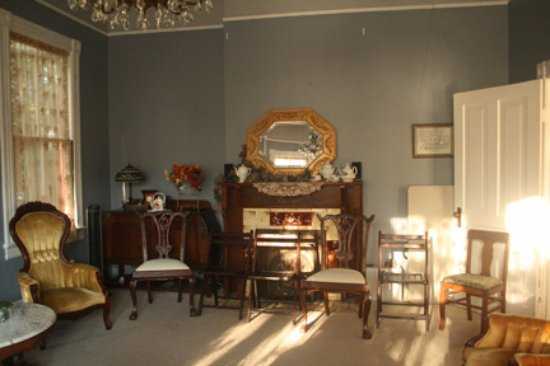 Smith-Byrd House Bed & Breakfast and Tea Room: Main parlor