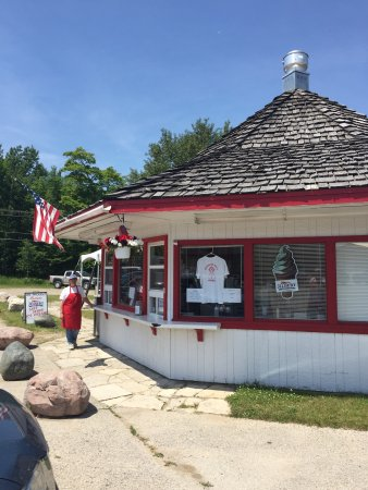 Drummond Island, MI: A glorious day or ice cream, a great burger, a delicious coney. Don't forget the onion rings