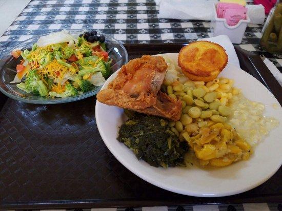 Sandersville, GA: Yummy Southern Buffet.