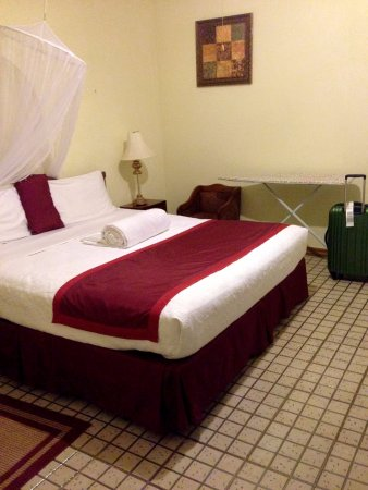 Executive Airport Hotel: King sized bed with mosquito netting