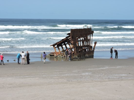 Warrenton, OR: Lor's Tours group visiting the wreck of the Peter Iredale