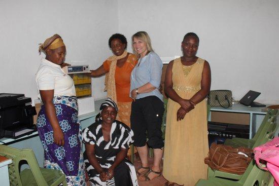 Provincia de la Costa, Kenia: Volunteer teaching women computer at our Resource Centre.
