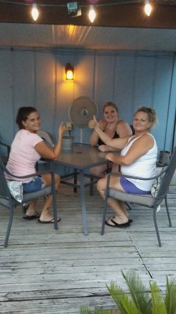 Dixie Belle Motel: guests using the deck