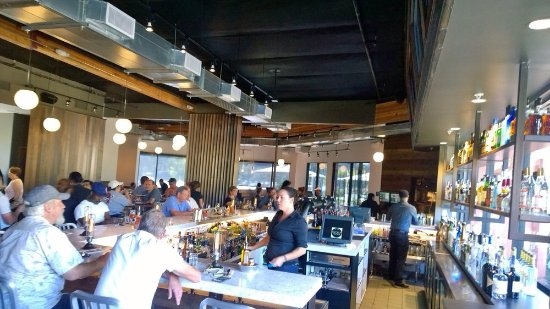 Greenbrae, Californië: Great full bar in a yummy pizza restaurant!
