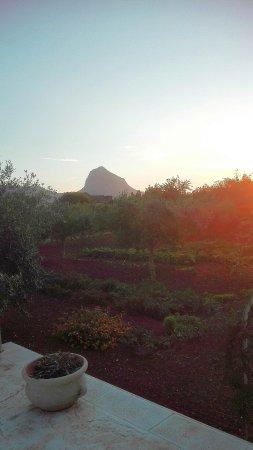 B&B Pietre Preziose : Vista del Monte Cofano (una bella escursione!)