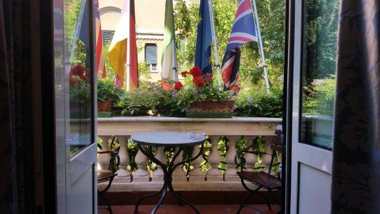 Hotel Farnese: der Balkon ausreichend gross für 4