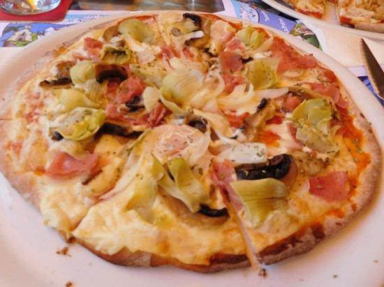 Sunflower Bar Restaurante Pizzeria: zeer lekkere pizza, met krokante dunne korst, heerlijk.