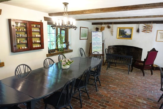 East Orleans, MA: The larger tables really encouraged conversation with other guests.