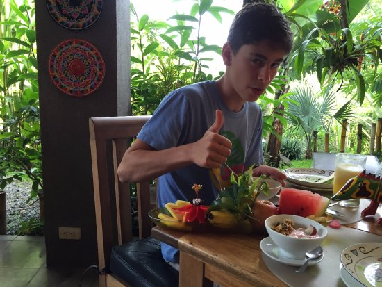 Pura Vida Hotel: Wonderful fresh fruit and breakfast