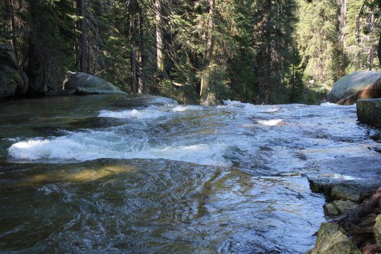 Three Rivers, Kaliforniya: view along Tokopah Falls Trail