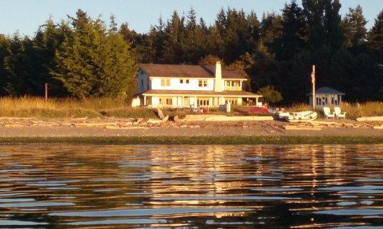 MacKaye Harbor Inn: Sunset view of the inn from our kayak